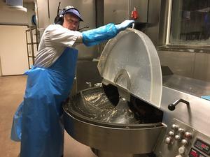 I hacken blir ingredienserna prima korvsmet. En finess med Hellströmskorven, till skillnad mot Falukorv, är att svålen sitter kvar på fläskbitarna som mals ner.