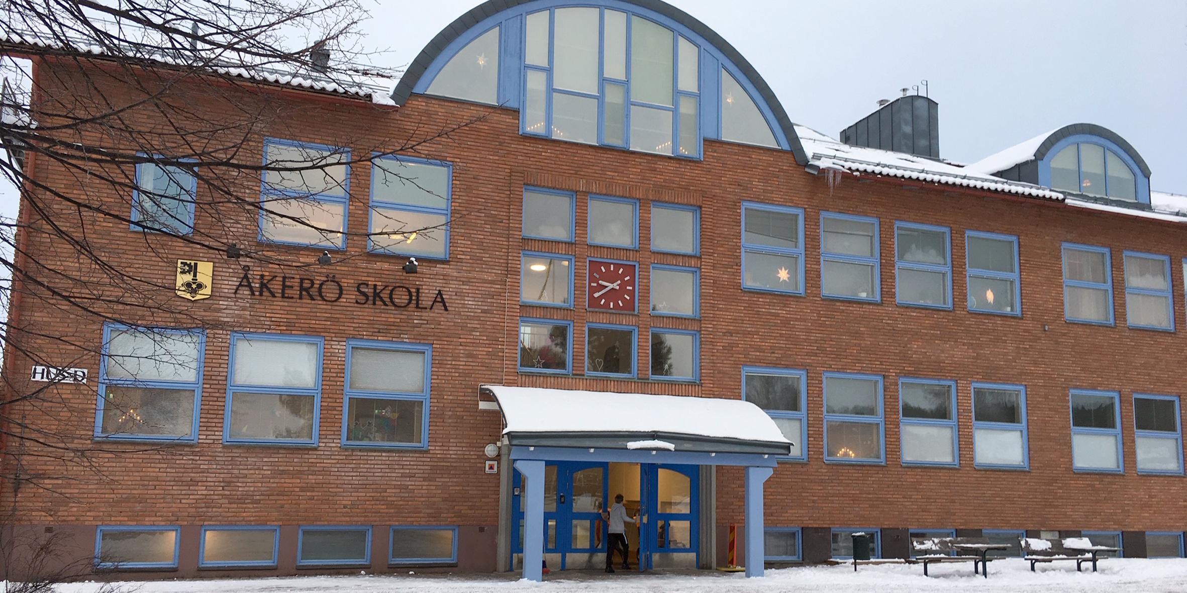 Åkerö högstadiums personal värnar om skolan och anser att det behövs två högstadieskolor.