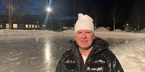 Michael Schwartz i Hede tror att en allvärderssarg runt hockeyplanen vid Sonfjällsskolan skulle betyda mycket för barn och vuxna i byn.