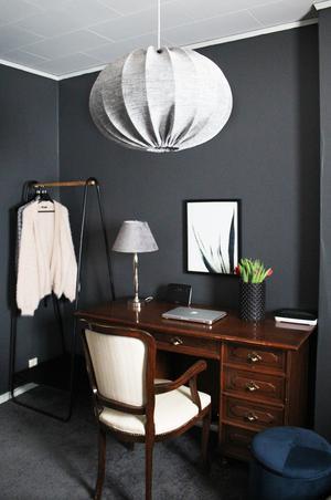 Skrivbordet kom från Lars lägenhet och pryder nu parets sovrum.