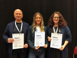 David Malmliden från Birka folkhögskola, Anna Falk  från Nyhedens skola och Karin Torstensson från Fjällgymnasiet har blivit diplomerade skolambassadörer för EU.