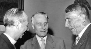 Claes-Bertil Ytterbergs teologiske förebild Olov Hartman tillsammans med biskoparna  Manfred Björkquist och Arne Fjellbu 1961. Foto: Ragnhild Haarstad/Svenska Dagbladet