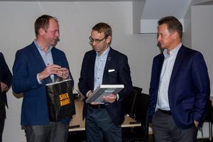 Söderhamns kommunalråd John-Erik Jansson (C) överlämnade presenter till USNR:s vd Johan Johansson i samband med invigningen av de nya kontoren och matsalen.