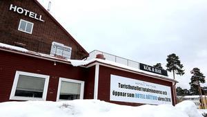 Byggnaden, som just nu totalrenoveras, ligger längs riksvägen i Rättvik, mellan tågstationen och OKQ8.