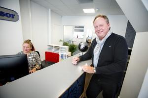 """Sedan företagets första resebutik öppnades har den legat i Kringlans köpcentrum. Men för ett par år sedan flyttades butiken till bättre och större lokaler på Järnagatan. """"Vi ville hitta en lokal där vi både kan ha butik och bra kontors- och konferensutrymmen"""", säger vd och delägare Tomas Björck, här tillsammans med butikschef Heidi Noelle."""