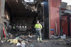 Per Hallstensson och några av hans kollegor jobbade på fredagen med att skotta undan bråte och röja upp kring garaget efter branden.