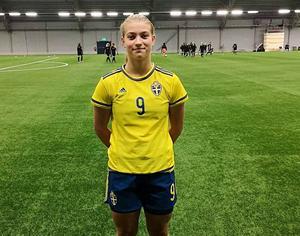 En stolt 15-åring på sitt första landslagsläger med fotbollens F15-gäng under ledning av förbundskapten Pia Sundhage.