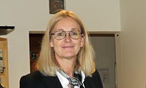 Lena Fagerlund har varit kommundirektör  och ekonomichef i Hallsberg sedan januari, har ytterligare ett chefsuppdrag samt en vd-post i ett kommunalt bolag. Det går bra att jobba så en tid, anser hon, men är glad att en ny ekonomichef ska utses nu.