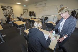 Som tentavärd ska Lillemor Nordlöf både hjälpa studenterna och se till att de inte fuskar.
