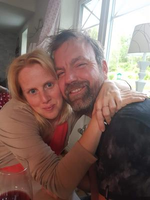 Jenny Sjödin vill uppmärksamma sin sambo Johnny på alla hjärtans dag.