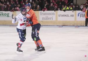 Jocke Svensk höll koll på Patrik Nilsson i derbyt på Sävstaås.