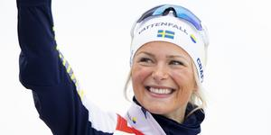 En jublande glad Frida Karlsson efter bronset på 30 kilometer. Bild: Fredrik Hagen/TT