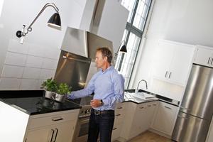 klassiskt. Ljust grått, eller som här, dunvit ask, börjar ta över det kritvita köket, säger Thomas Davidsson på Kvänum kök.