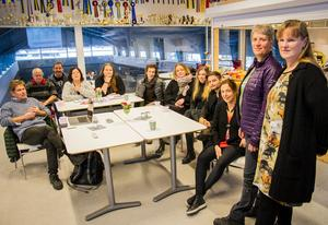 Lena Stenvall samarbetar med Anne Källgren, som har examen från Linnéuniversitetet i Kalmar i hästunderstött socialt arbete. Här har de samlat personalen vid Mitt Hjärta Bo & Lära vid en föredragning.