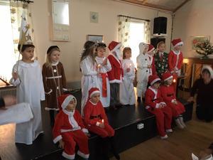 Stureskolans förskoleklass bjöd på luciatåg med julsånger.