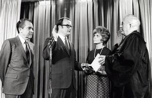 William Ruckelshaus svärs in som den förste föreståndaren för den amerikanska miljöskyddsmyndigheten Environmental Protection Agency (EPA) 1970. Bakom honom står president Richard Nixon. Foto: U.S. Government