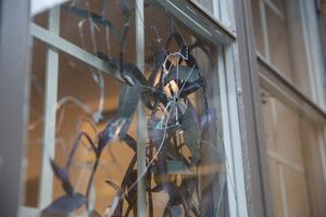 På torsdagen upptäcktes flertalet krossade fönster, som här på kanslihuset.