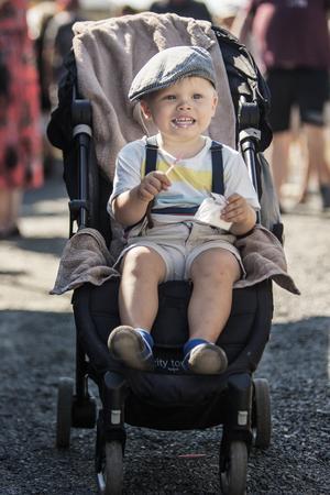 Tvååriga Roderik Whitlock svalkade sig i den gassande solen med en mjukglass.