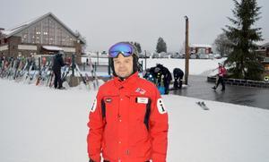Viktor Funcke på Romme Alpin visar stolt upp årets investeringar, till exempel en ny värmestuga och en skridskobana vid det nyanlagda torget som blir det första som besökarna möts av.