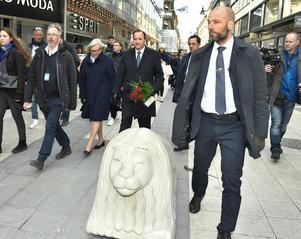 Statsminister Stefan Löfven och frun Ulla Löfven besökte Drottninggatan på minnesdagen i våras.