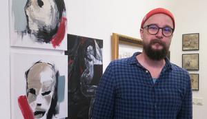 Emil Eriksson är en av eldsjälarna bakom Med kärlek från Hofors. Men han är konstnär också. I utställningen på Galleri BGB sammanstrålar de två spåren.