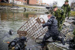 Två rostiga kundvagnar, en gammal cykel och en mobiltelefon anträffades vid dykningar i västra kanalen.