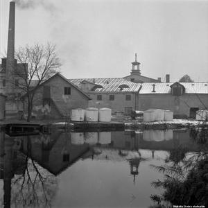 Bryggeriet grundades  redan 1796, då P.A. Norstedt fick ensamrätt på salubrygd i Örebro. Bilden tagen 1954. Man ser Pingstkyrkans torn bakom bryggeriet.  Fotograf: Erik Arlebo. (Bildkälla: Örebro stadsarkiv)