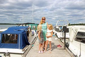 Ellie Lagestrand, Magda Glas och dottern Elsa på Västerås Motorbåtsklubbs brygga.
