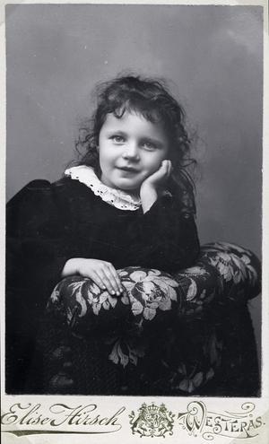 Porträttet på flickan är taget av Elise Hirsch som öppnade sin fotoateljé i Västerås på 1890-talet. Bildkälla: Västmanlands läns museums arkiv