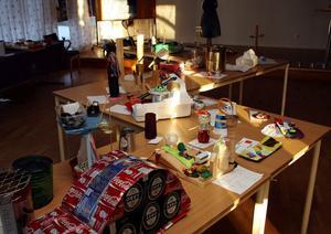 Skoleleverna visar hur det som en gång använts åter kan användas i sin utställning