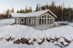 Nybyggda fjällvilla belägen i Kläppen. Cirka 50 meter från längdspår och närhet till släplift/glidspår till pister. Fastighetsbyrån/Husfoto: Andreas Timfält.