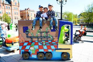 Bröder Ali Asghar, Ali Akbar och Ali Reza Ahmandi tog en utsiktsplats på hög höjd för att titta ut över alla drakarna på torget.