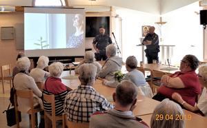 Poliserna Christer Höglund och Björn Olofsson  besökte PRO-föreningen i Lit-Häggenås. Foto: Jan Holmgren