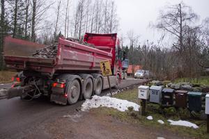Här passerar lastbilarna Jordåsen.