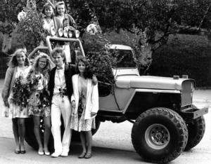 I ett lövat vrålåk fick Anna-Lena Lööf, Mariella Gillberg, Tomas Hallqvist, Helene Pettersson, Anna Holmberg och Cecilia Berglund en examenstur efter att de gått ut från Kastalskolan 1989.