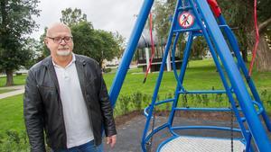 Sune Andersson (S) vid rullstolsgungan i Vilhelminaparken 2018 när kommunen satte upp gungan.