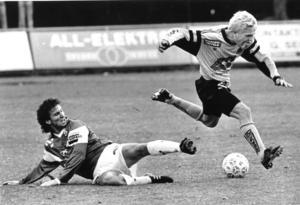 Fotbollsspelaren Anders Larsson forsar fram på Trängen i en match mot Brage 1991. Arkivbild: Håkan Ekebacke