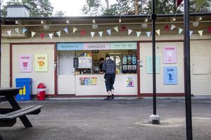Alla skyltar till kaféet har Verkstäderna tillverkat själva för att få till en känsla av gammal folkpark.
