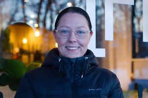 """För ett år sedan valde Lina Heidenborg att lämna Avesta och restaurangen En lokal för att driva hotell i Siljansnäs. Nu är hon tillbaka, och det har Avestaborna uttryck glädje över. """"Det är många som tycker det är kul att jag kommer tillbaka. Det har varit jätteroligt"""", säger Lina Heidenborg."""