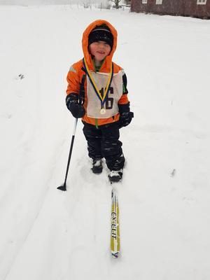 Oliver Stam, tre år, kom i mål på en skida men var glad ändå. Foto : Annika Matthed.