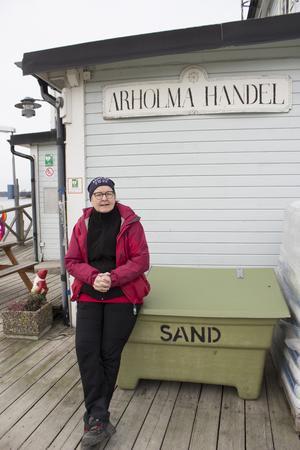 Lena Bohlin driver lanthandeln på Arholma, en träffpunkt året om men som under strömavbrottet av varit extra viktig för öns invånare. Här utbyts information och tjänster och mobiler har laddats upp  eftersom butiken har ett eget elverk.