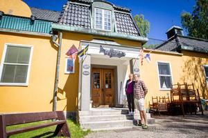 Johan och Jaye Adlercreutz driver vandrarhemmet Kustleden i Strömsbruk i Nordanstig.
