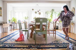Li och Sara i den stora matsalen som är husets hjärta. Bockbordet från 1700-talet är tre meter långt
