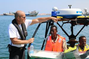 Söderhamnaren Göran Grudén tränar den lokala kustbevakningen i Somaliland i att hantera ribbåtar. (Foto: Hussein Maygaag)