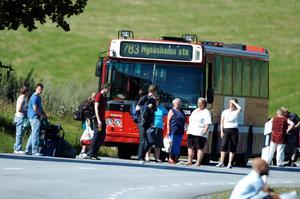 Polisen genomsöker bussar i området där sökningen efter rymlingarna pågick.  Foto: Stefan Jerrvång