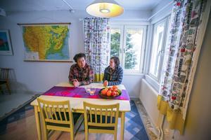 Johannes och Ida vid köksbordet. Gardinerna har Idas lillasyster Ingeborg Dahlenborg sytt.