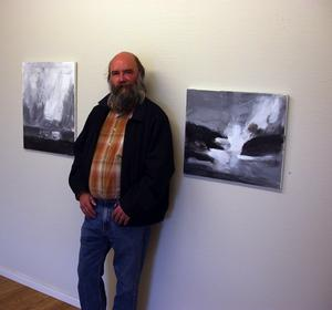Van pose. Staffan Helje ställer ut ännu en gång. Här framför två av verken i hans tematiska utställning Färdväg. Foto:Kenny Ericsson Tällberg