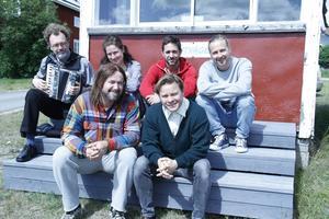 På en trapp i Mellanfjärden tar teaterfolket en välbehövlig paus. Här syns Niklas Medin (musiker), Beata Harrysson, Johan Svangren (regissör), Thomas Åhnstrand, Pär Johansson och Kim Sulocki.
