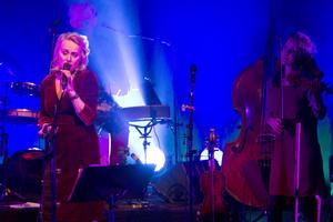Blues är också folkmusik, och platsar gott i Jul i Folkton-konserten. I varje fall om artisten heter Louise Hoffsten