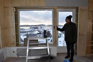 Anders Nordin står vid dörren ut till balkongen i det som kommer bli relaxavdelningen i den andra taklägenheten.